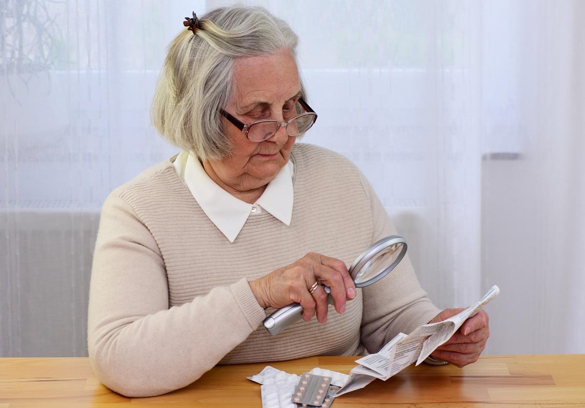 Seniorin liest Medikamenten Beipackzettel